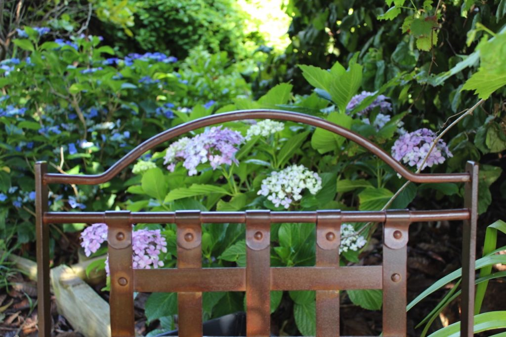 Cassis chair with hydrangeas