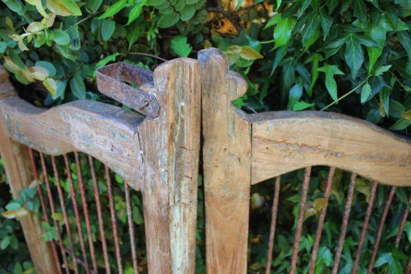 Metal gate latch